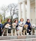 Katedros aikštėje vilniečiai bendravo su terapiniais šunimis